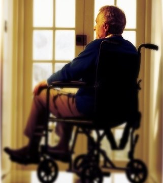 Старик в инвалидном кресле