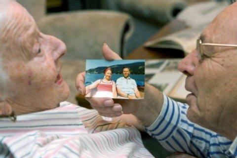 Старику показывают фото