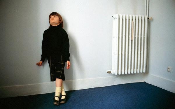 Ребенок у стены