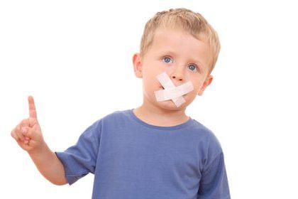 У мальчика заклеен рот