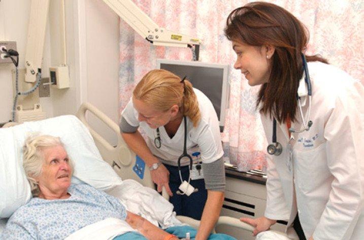 Врачи и пациент после инсульта
