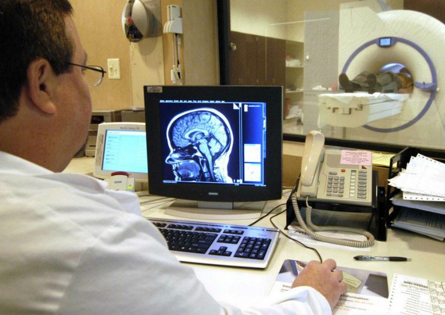 Врач проводит МРТ головы