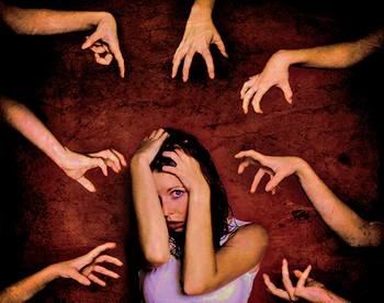 Девушка и руки