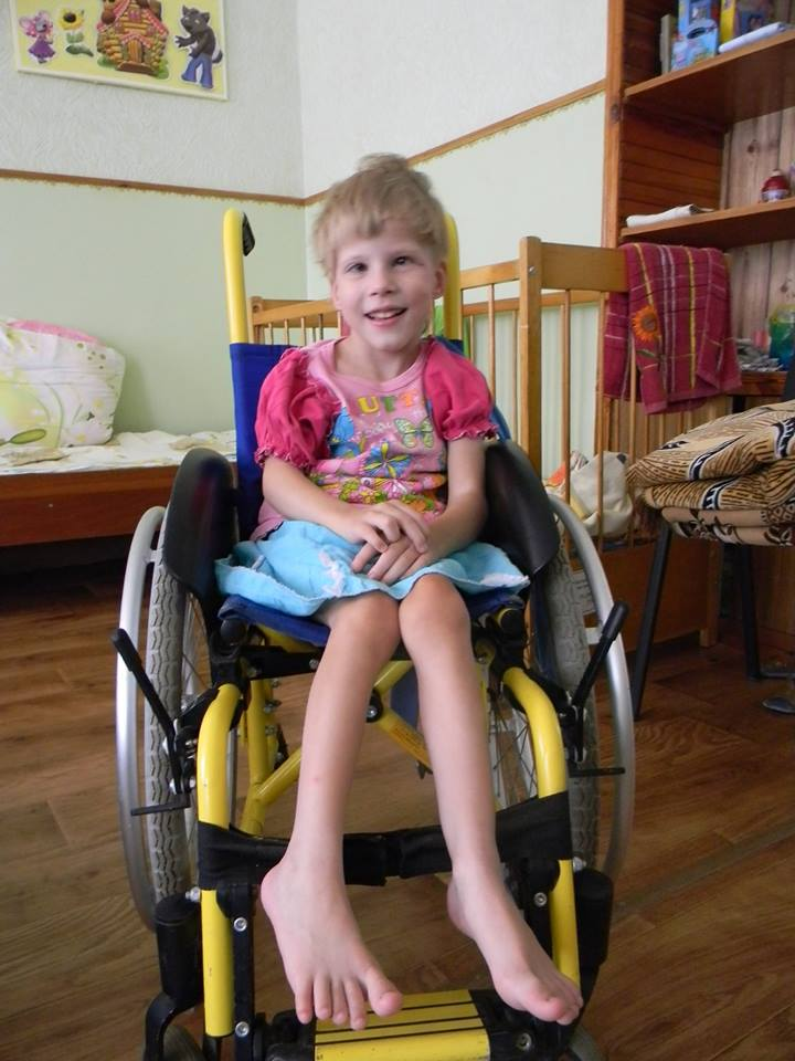 Девочка с ДЦП в инвалидном кресле